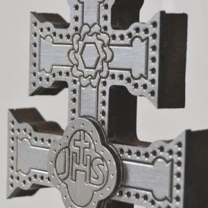 CRUZ DE CARAVACA EN METAL CON PEANA DE MADERA Y TALLADO A HUECO RELIEVE CON LA CRUZ DE CARAVACA A DOS CARAS