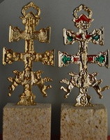 CARAVACA CROSS WITH ANGELS WITH HISTORY OF THE EMERGENCE OF THE CROSS WITH NATURAL STONE BASE
